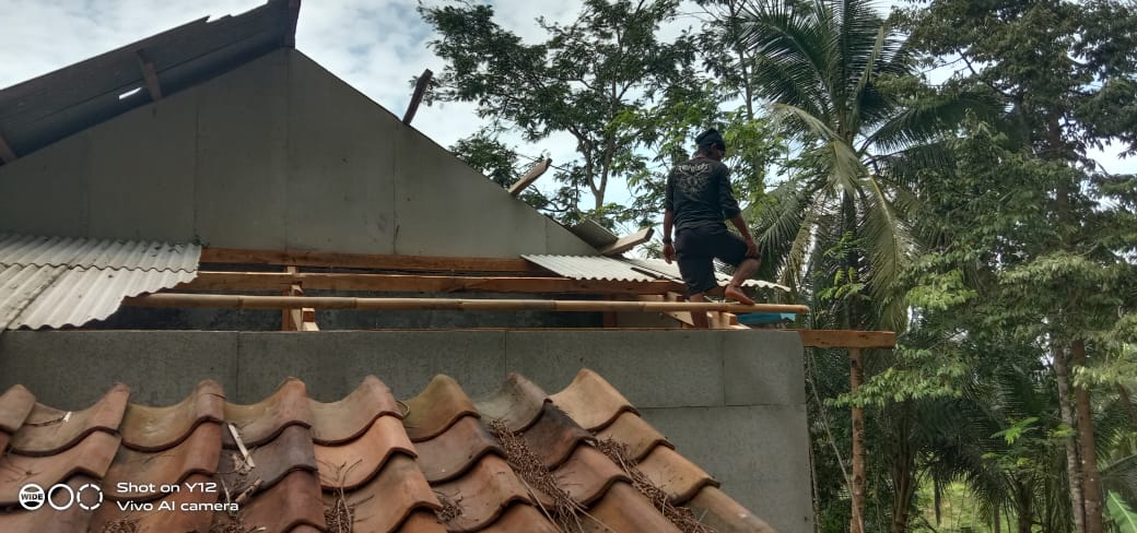 Rumah Warga Tertimpa Pohon Akibat Angin Puting Beliung di Wanareja