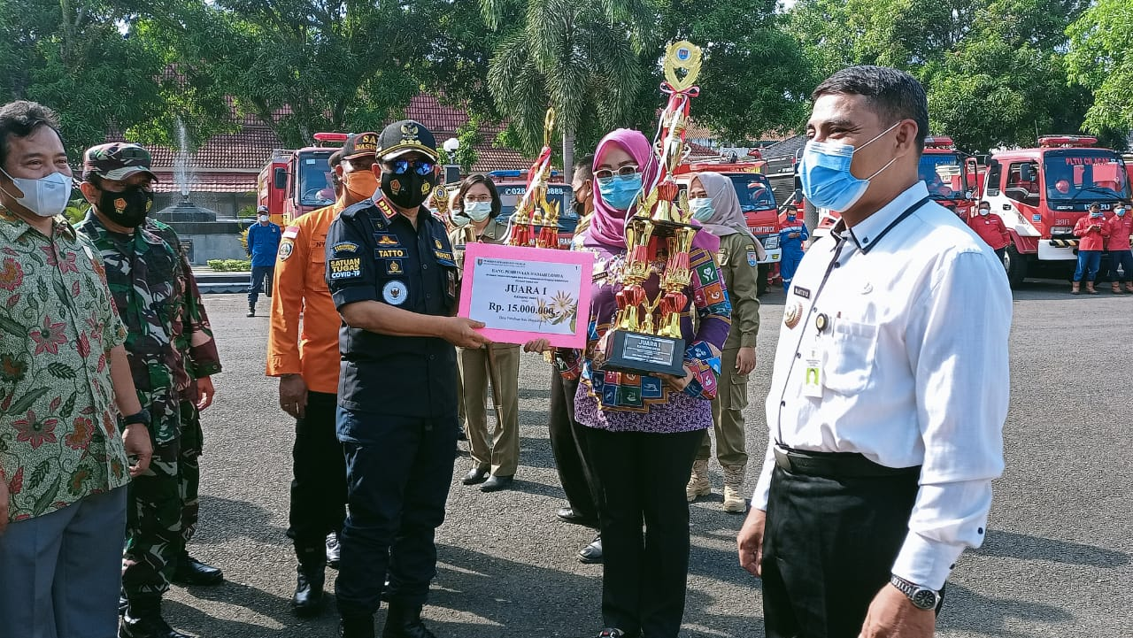Bupati Cilacap Serahkan Piala Penghargaan Desa