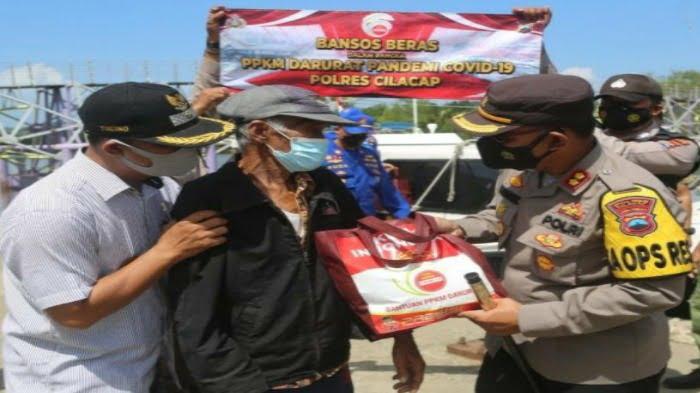 Kapolres Cilacap serahkan bantuan sembako di kampung laut