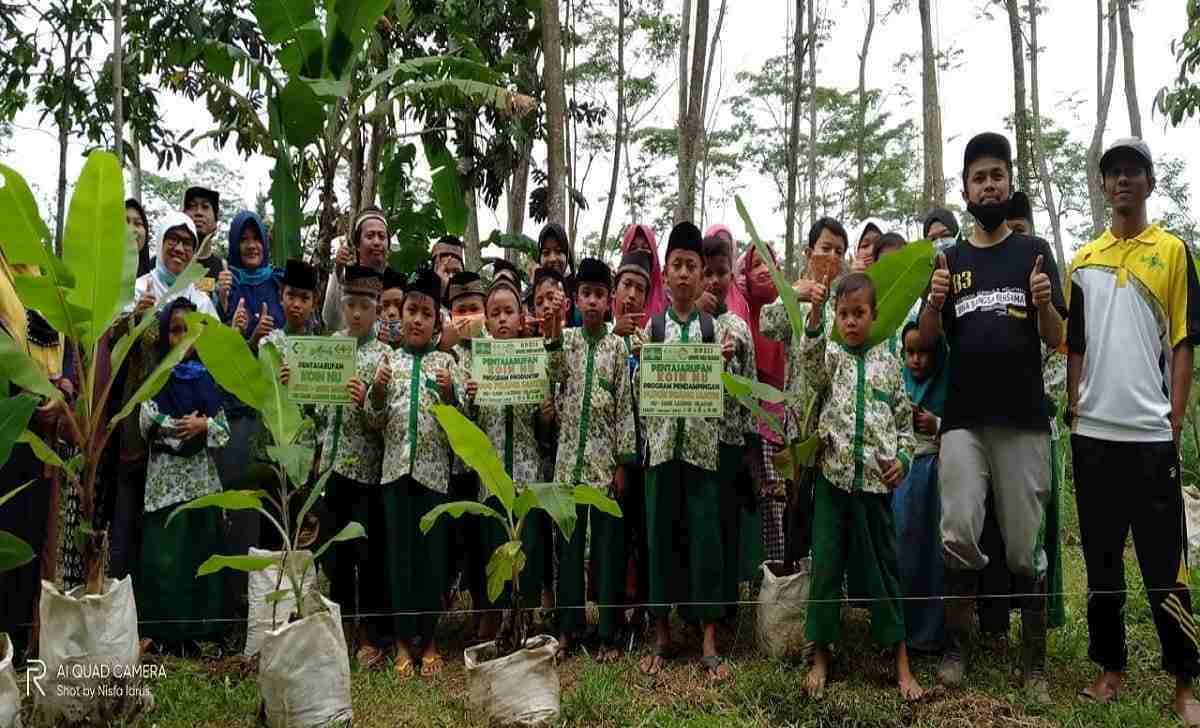 Pentasyarufan 1000 Bibit Pohon Pisang di Maos Cilacap