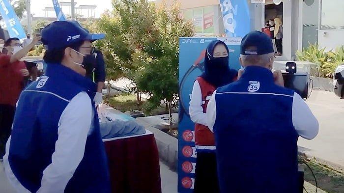 Komisaris PT Pertamina (Persero), Condro Kirono sedang melakukan screening menggunakan QlueThermal ditemani oleh Direktur Utama Pertamina Patra Niaga, Mas'ud Khamid