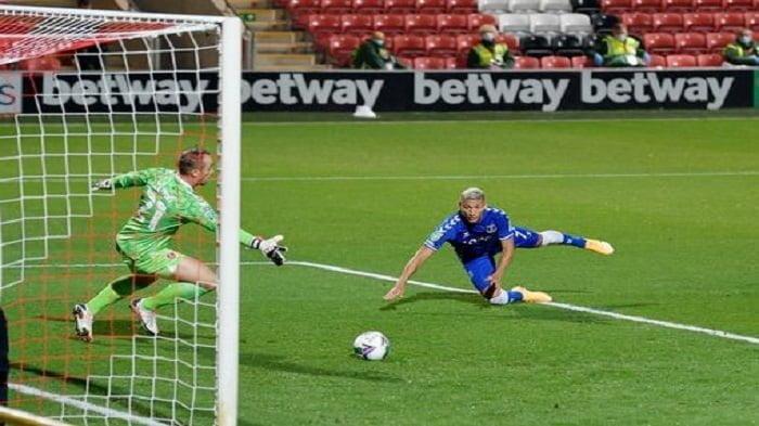 Richarlison saat menyundul bola dan berbuah gol
