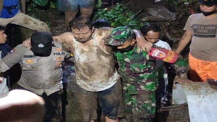 TNI Polri dan Warga Evakuasi Korban Tanah Longsor di Kelurahan Lempongsari Semarang
