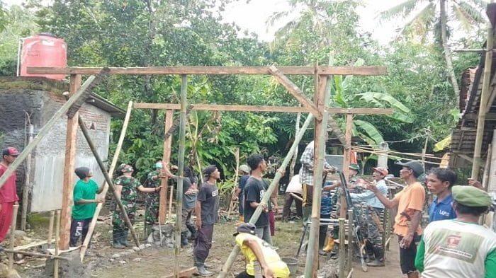 TNI dan Warga Gotong Royong Bangun Rumah Azhari di Majenang