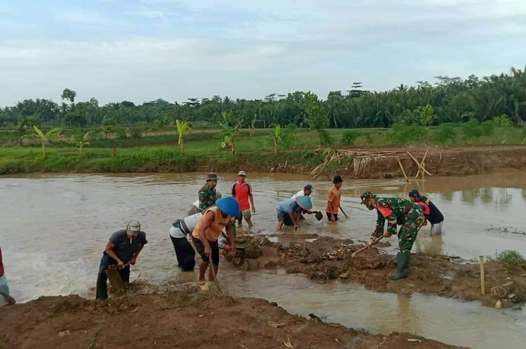 babinsa koramil nusawungu bersama warga bersihkan aliran sungai