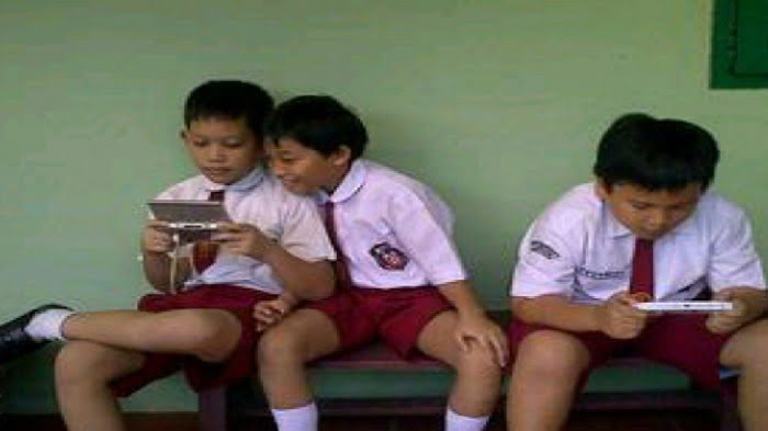 ilustrasi anak sekolah dasar pegang gadget