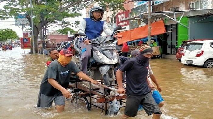 ilustrasi jasa gerobak angkut motor saat banjir