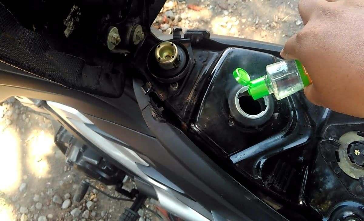 ilustrasi minyak kayu putih dicampurkan bensin agar irit BBM