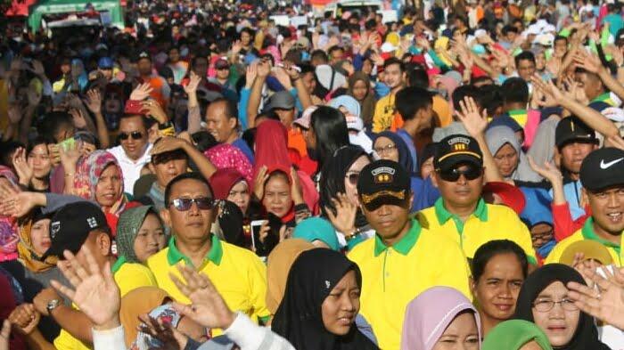 pejabat dan masyarakat ikuti senam di acara Car Free Day di Majenang