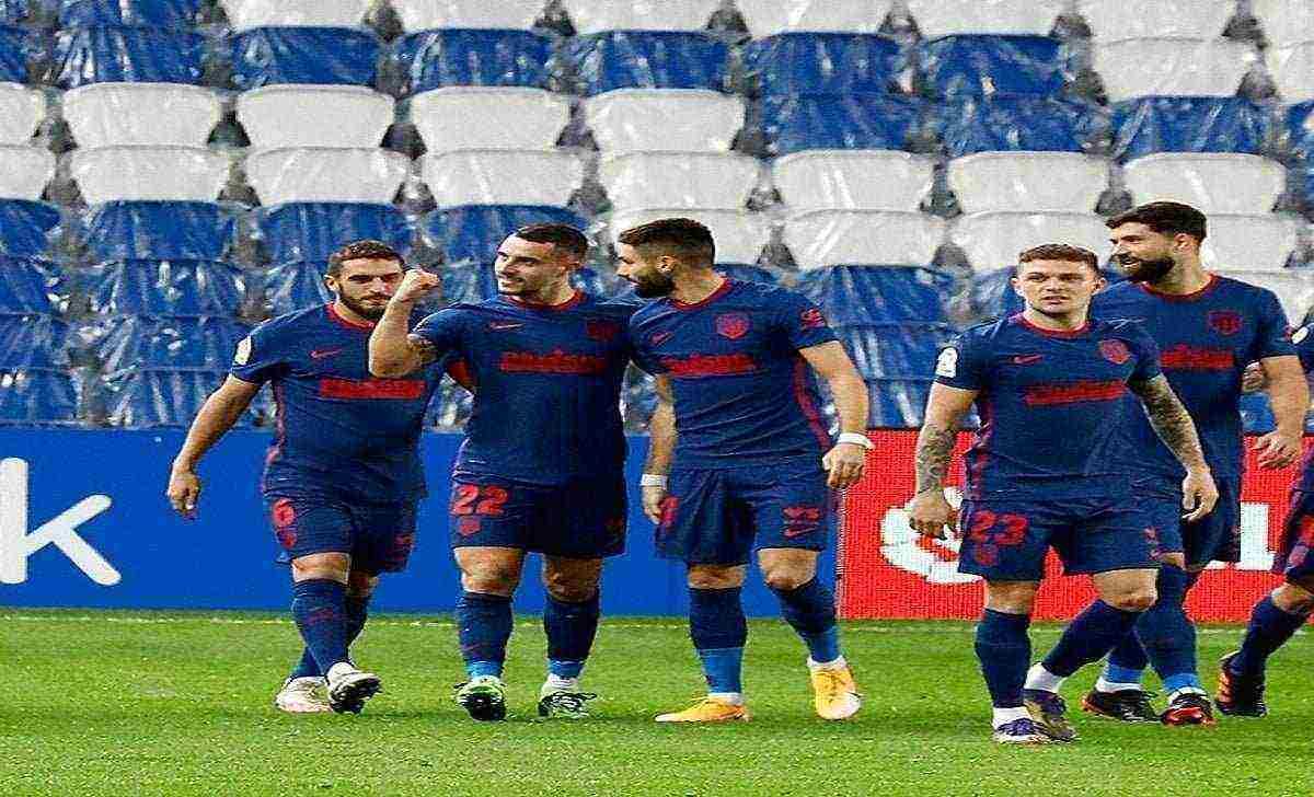pemain atletico madrid rayakan gol saat lawan real sociedad