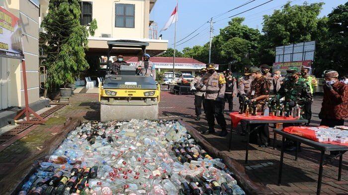 pemusnahan ribuan botol miras dan petasan di banjarnegara