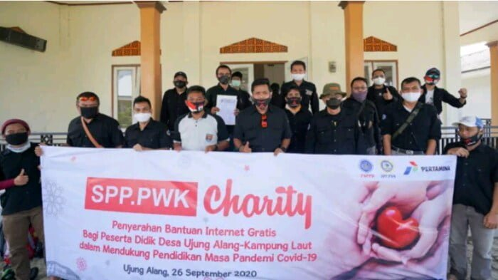 penyerahan 2 paket wifi gratis oleh serikat pekerja pertamina di kampung laut