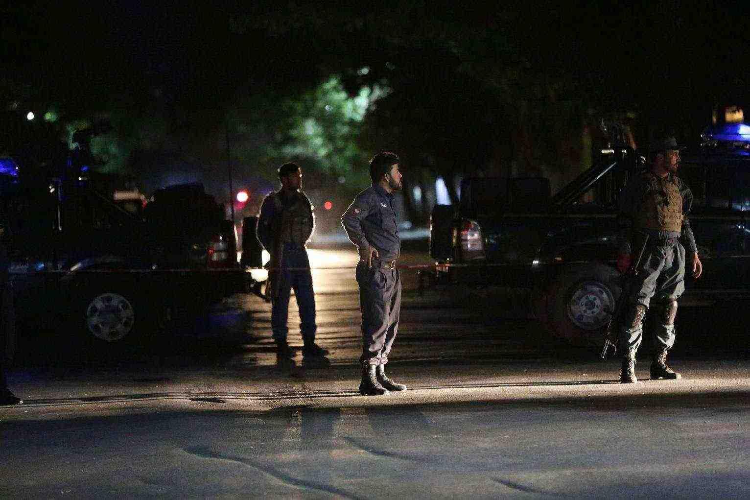 polisi afghanistan berjaga paska pemboman masjid di kabul