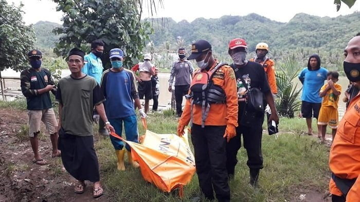 proses evakuasi korban tenggelam di kaligatel banyumas