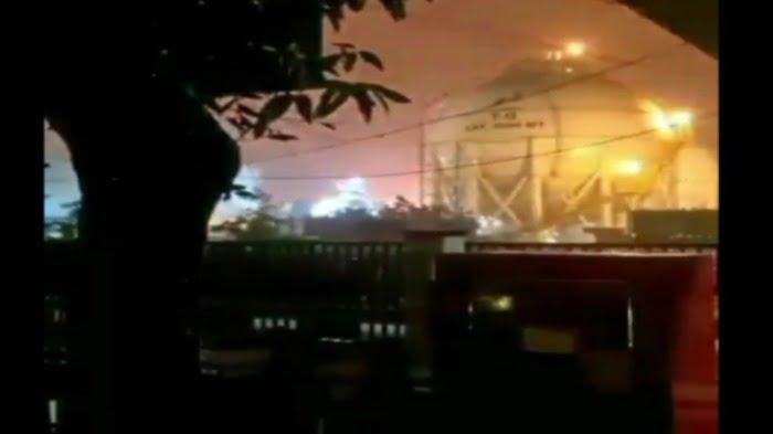 tangkapan layar detik detik kilang minyak pertamina cilacap terbakar