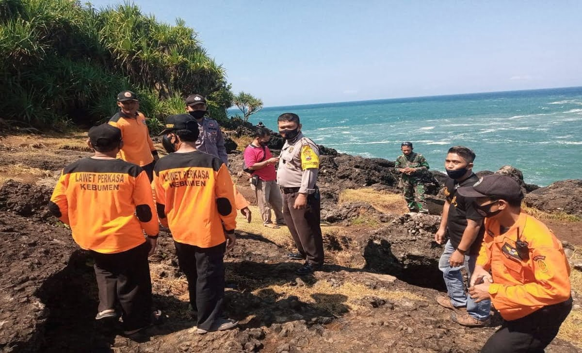 tim sar cari korban tenggelam di pantai menganti kebumen